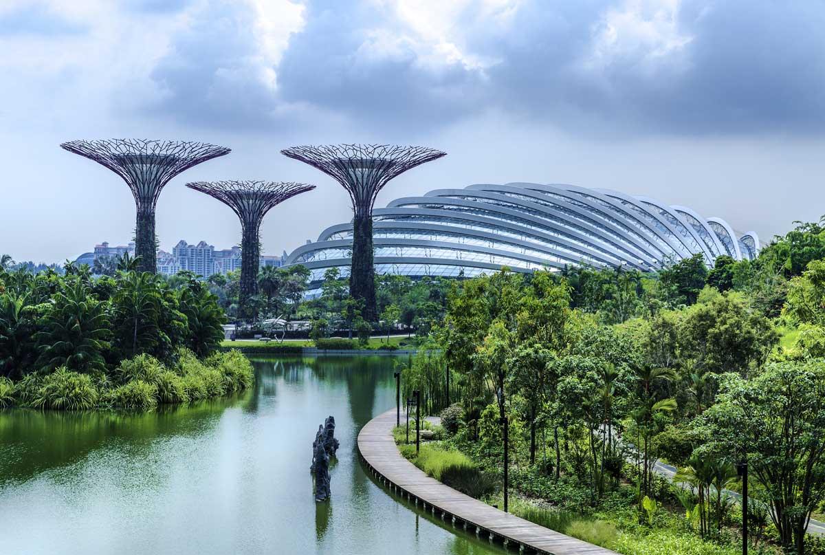 Edificios futuristas en ambiente tropical