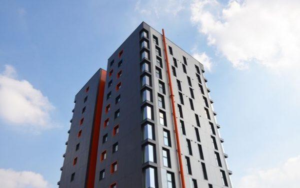 Vista de la torre de apartamentos Tribe en Manchester