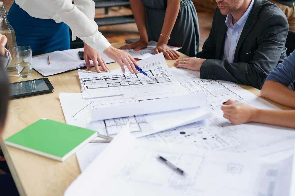 Diseñadores trabajando sobre la mesa